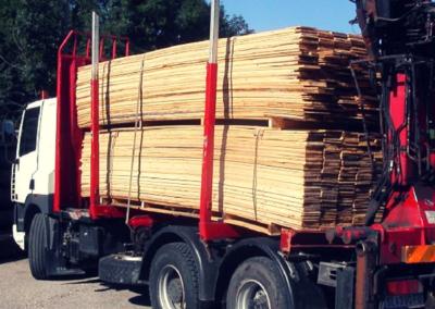 Altholz-Lamellen auf LKW