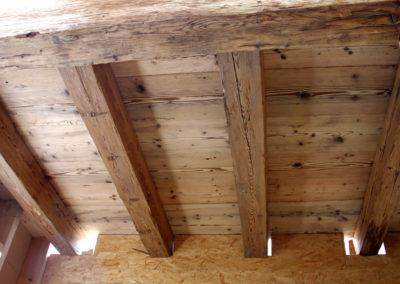 Altholz Deckenträger und gebürstete Bodenbretter als Deckenverkleidung