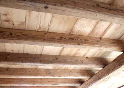 Altholz Deckenträger und rustikale Bodenbretter